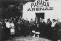 Acte d'entrega de la clau de la caseta-estació del barri de Les Arenes a l'Ajuntament de Sant Esteve de Castellar (1916). || T. CASAÑAS