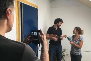 Oriol Casas ens convida al 'Passeu, passeu'. || J. BATALLA