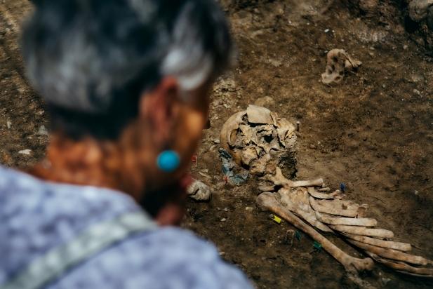 Enrica Volpi, cosina d'Elio Ziglioli, a l'exhumació de les restes, al cementiri de Castellar. || Q. PASCUAL