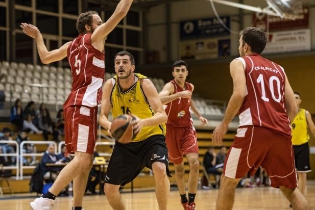 Jordi Navarro durant un atac del partit enfront de l'Alpicat.