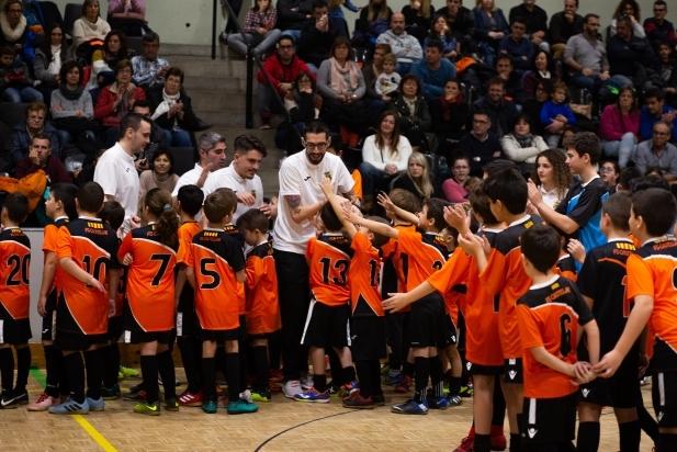 Entrenadors del FS Castellar amb els més joves del club a la presentació.
