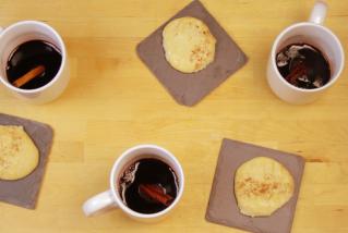 Vi calent i galetes de canyella. || QUINS FOGONS