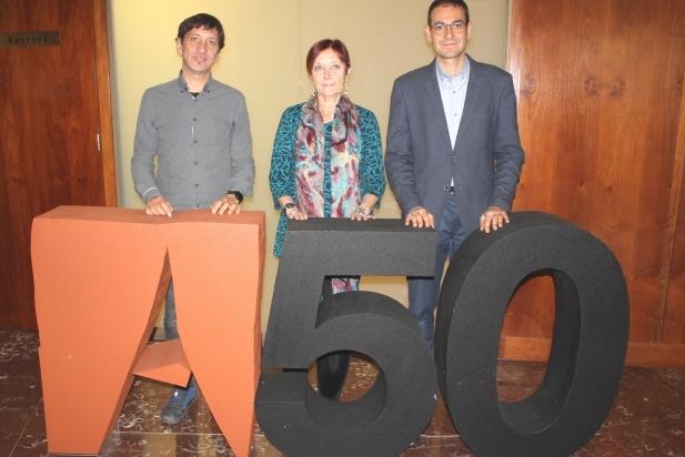 D'esquerra a dreta: Jordi Prat, Margarita Arboix i Ignasi Giménez durant l'acte de signatura del conveni