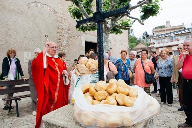Mossèn Ramon Villarino beneint el pa de Santa Quitèria