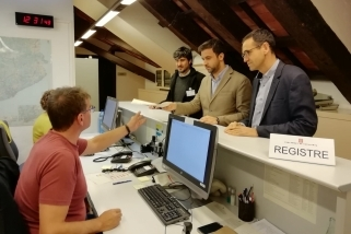El diputat del PSC, Pol Gibert, al centre, al registre del Parlament amb Joan Creus i Ignasi Giménez.    Cedida
