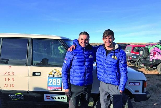 El Xavi i l'Arnau posen a l'arribada de l'aventura juntament amb el seu Range Rover Classic 300.