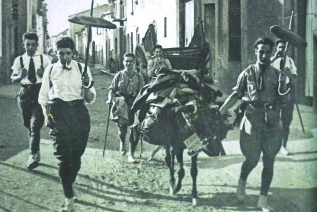 Membres de la Colla de Sabadell (a l'esquerra, Joan Oliver) a punt per pujar al campament de la font del Saüc. || CEDIDA