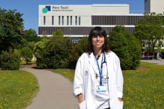 Marta Lluch, que està preparant el MIR, davant de l'hospital Taulí / CEDIDA