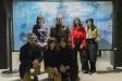 L'alcalde Ignasi Giménez, i el pintor Esteve Prat, amb algunes alumnes de l'artista, en la inauguració de l'exposició, divendres passat - F.MUÑOZ