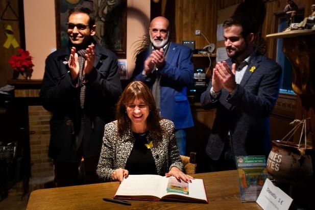 La consellera Borràs, acompanyada per l'alcalde Ignasi Giménez, el president del Grup Pessebrista, Joan Juni, i l'alcaldable de Junts per Castellar, Pau Castellví - Q.PASCUAL