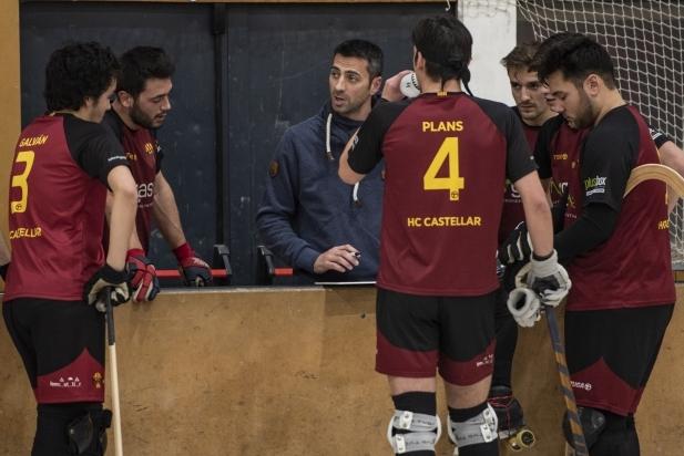 Ramon Bassols dirigint el primer partit de l'HC Castellar.