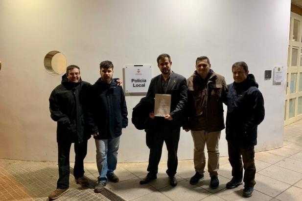 Castellví amb membres de Junts per Castellar després de presentar la denúncia a la policia local