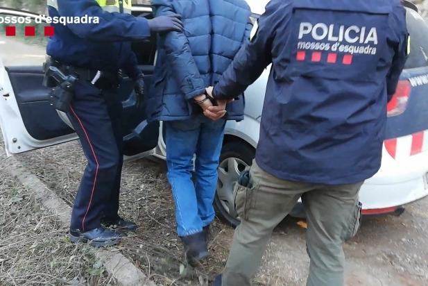 Moment de la detenció d'un dels presumptes membres de la banda