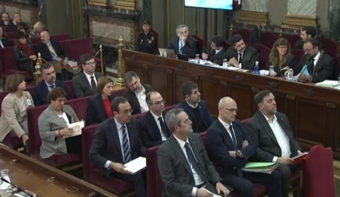 Imatge dels dotze líders independentistes en el banc dels acusats
