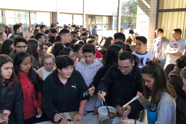 800 persones han participat a la xocolatada de l'Intitut de Castellar - CEDIDA