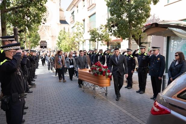 El fèretre amb les despulles de Joan Alonso és acomiadat per companys i comandaments policials