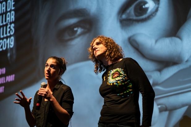 A l'esquerra, la directora Alba Barbé; a la dreta, la trans Judith Juanhuix. || Q.PASCUAL