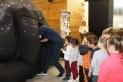 Alumnes de l'escola Sant Esteve just abans d'entrar al planetari / C. Domene