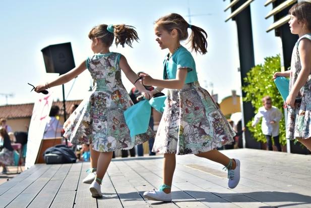Tres nenes a l'escenari de la plaça del Mirador durant la Gran Ballada de la Roda del Vallès - G.Plans