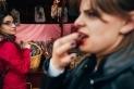 Una jove degusta un dels productes d'una parada de la Fira de Sant Josep / Quim Pascual
