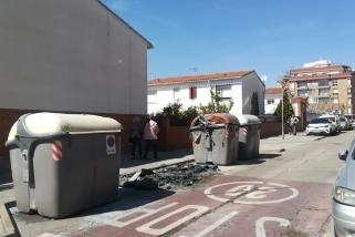 Restes dels contenidors cremats divendres passat. Foto: M.A.