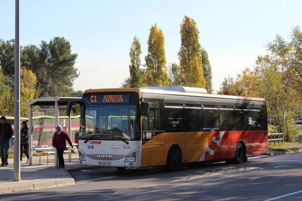 Imatge d'arxiu d'un autobús de la línia C1 en una parada de la ronda de Llevant.