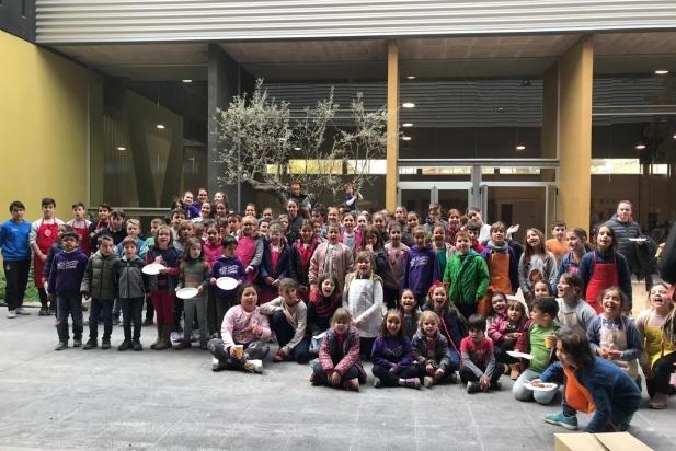 Foto conjunta dels participants a la 19a Trobada de Petits Cuiners i 7a Mostra de Cuina Jove. || CEDIDA