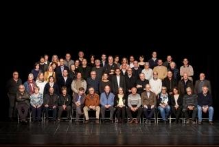Foto de família dels 57 regidors i regidores que van assistir a la commemoració dels 40 anys d'Ajuntaments democràtics. Q.P.