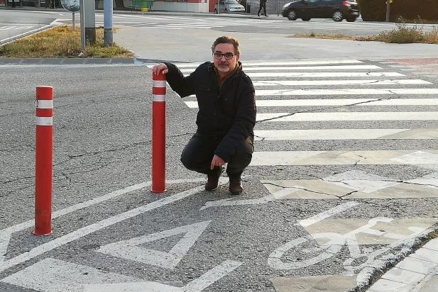 El cap de llista del PP, Agustí Bernad, en un cruïlla de la Carretera