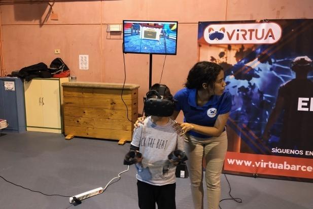 Els alumnes participant al taller de realitat virtual