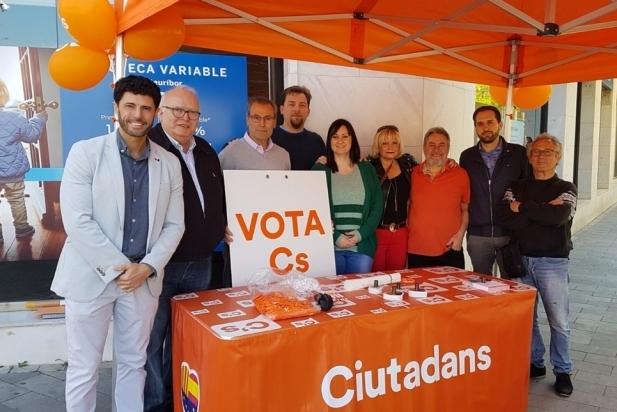 Matías de la Guarda (esq.) amb diversos membres de la candidatura de Ciutadans - Cedida