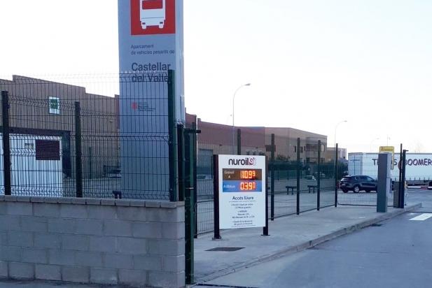L'estació de servei Nuroil, a l'entrada de l'aparcament de camions.