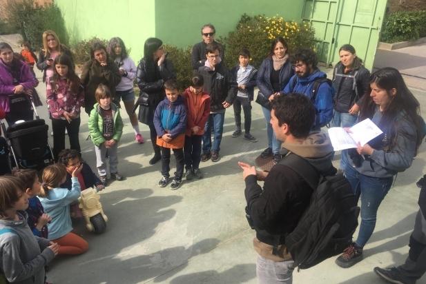 Una de les activitats a l'entrada de l'escola El Sol i la Lluna