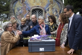 Enrica Volpi saludant les 'nenes del Castell', les dones que van veure en vida l'Elio poc abans de morir