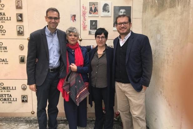 L'alcalde i el regidor de Cultura amb les familiars d'Elio Ziglioli al cementiri de Lovere