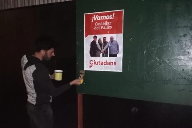 El cap de llista de Ciutadans Matías de la Guardia penja una pancarta la primera nit electoral