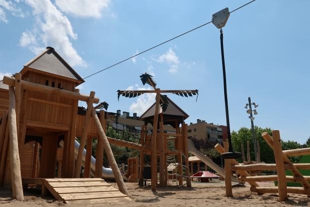 Vista de la nova zona de jocs infantils de la plaça de la Fàbrica Nova