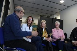 Alguns pacients parlant amb la doctora Llobet