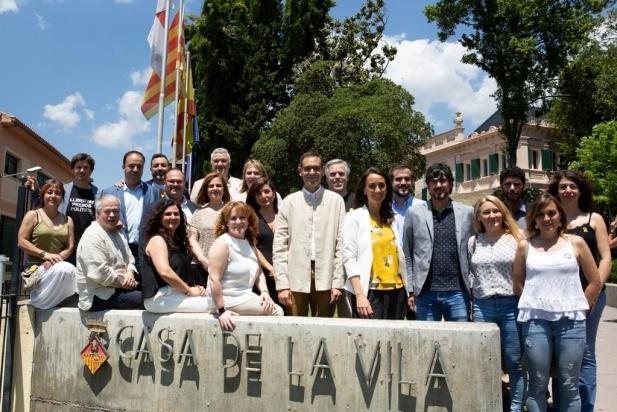 El nou consistori tot just després de prendre possessió als Jardins del Palau Tolrà. Q. Pascual