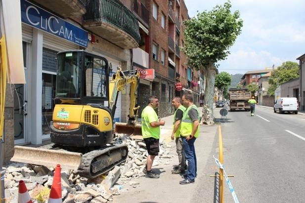 Els operaris ja estan renovant el tram de la carretera de Sabadell comprès entre Doctor Pujol i Pedrissos