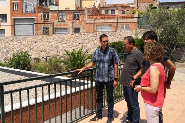 L'alcalde, els regidors Creus i Leiva i la directora del Bonavista, observant la nova coberta del menjador