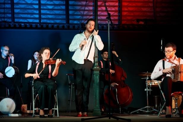El cantant Miguel Gómez va fer una interpretació molt emotiva als Jardins del Palau Tolrà. || Q. Pascual