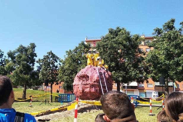 Moment de l'espectacle 'Asteroid' de la companyia Campi Qui Pugui a la plaça de la Fàbrica Nova.    M. ANTÚNEZ
