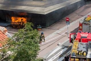 Flames a l'interior del quiosc del Mercat que ha quedat totalment destruït. F. Muñoz