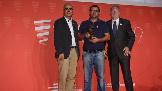 El productor Oriol Sabata amb el guardó de la Fundació Catalana de l'Esport.
