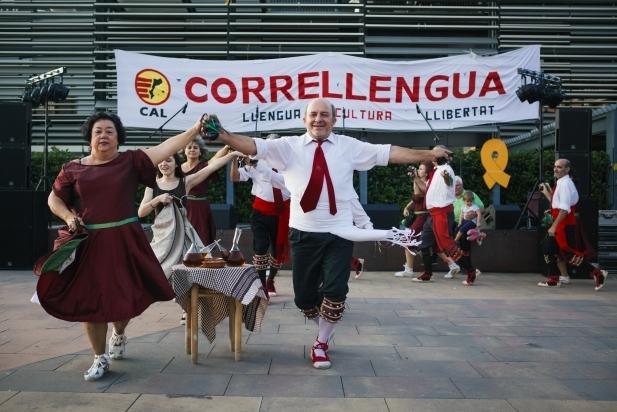 El Ball de Gitanes, durant l'actuació del Correllengua 2018 a la plaça d'El Mirador. || Q. PASCUAL