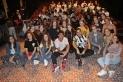 L'actor Albert Salazar, al centre, es va deixar fotografiar amb els joves de Castellar un cop acabat l'espectacle. || M. ANTÚNEZ