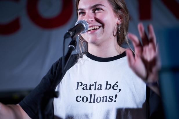 Cantant del grup castellarenc Lòxias lluint una samarreta de La Incorrecta
