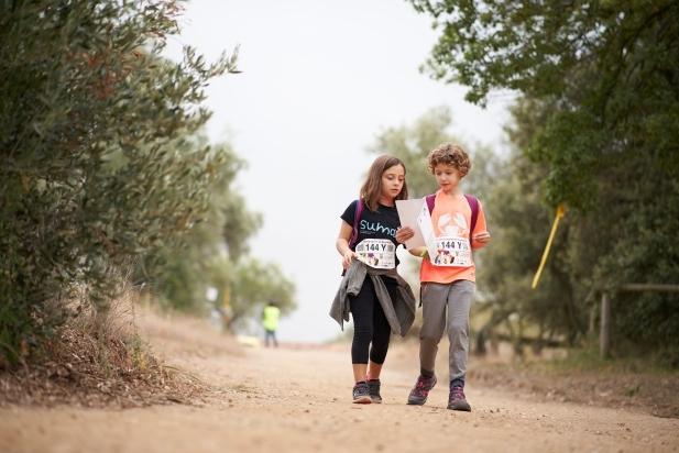 Una parella infantil segueix el recorregut de la 58a Marxa Infantil de Regularitat amb l'ajunt del mapa facilitat per l'organització. || Q. PASCUAL