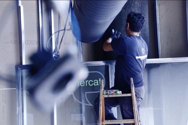 El propietari del bar El Racó del Mercat, Joaquín Torres, reparant les instal·lacions de l'establiment